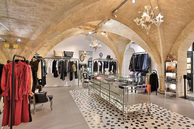 Coqueline Montpellier vend des articles de mode féminine haut de gamme de grands couturiers ainsi que des vêtements de créateurs en devenir en centre-ville (® SAAM fabrice CHORT))