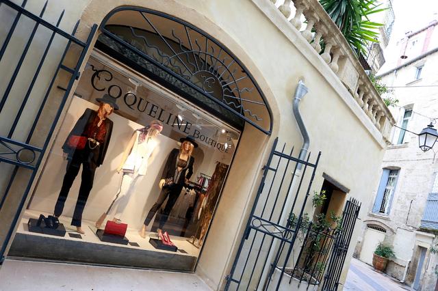 Coqueline Boutique Montpellier vend des articles de mode féminine haut de gamme de grands couturiers ainsi que des vêtements de créateurs en devenir en centre-ville (® SAAM-Fabrice Chort)